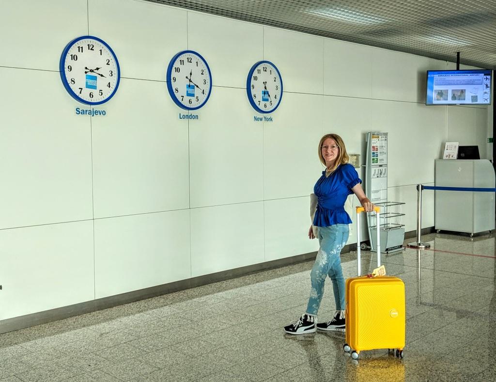 Davanti a tre orologi con fusi orari di Sarajevo, Londra e New York