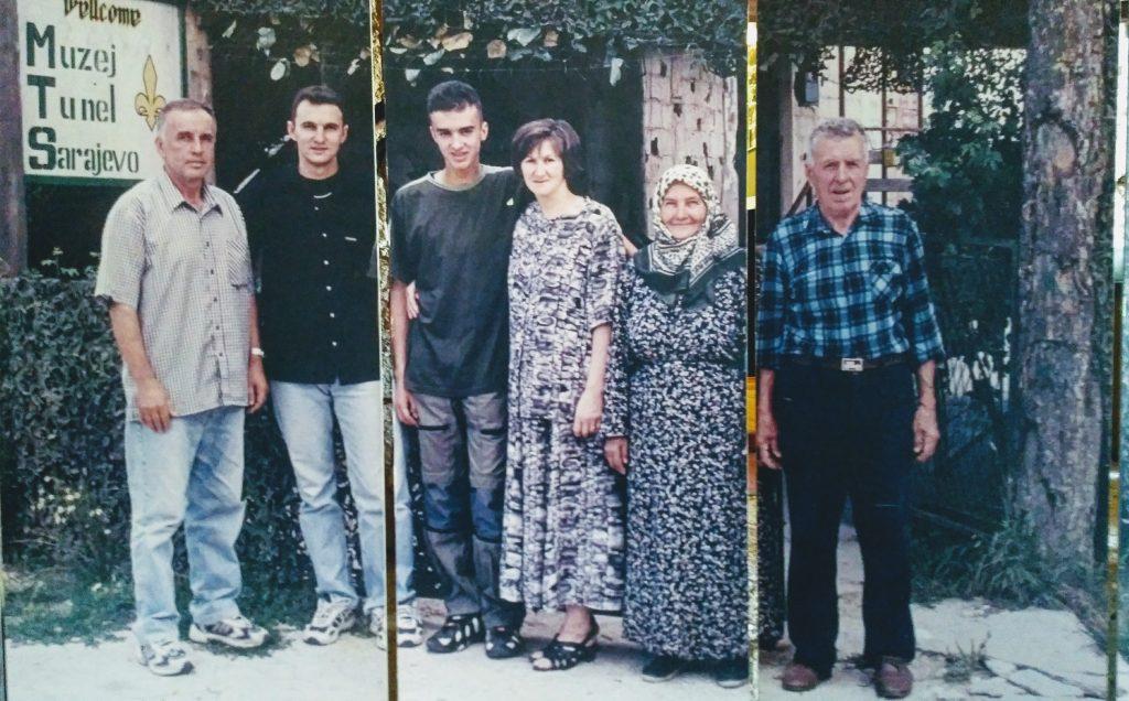 Famiglia Kolar presso il tunnel di Sarajevo