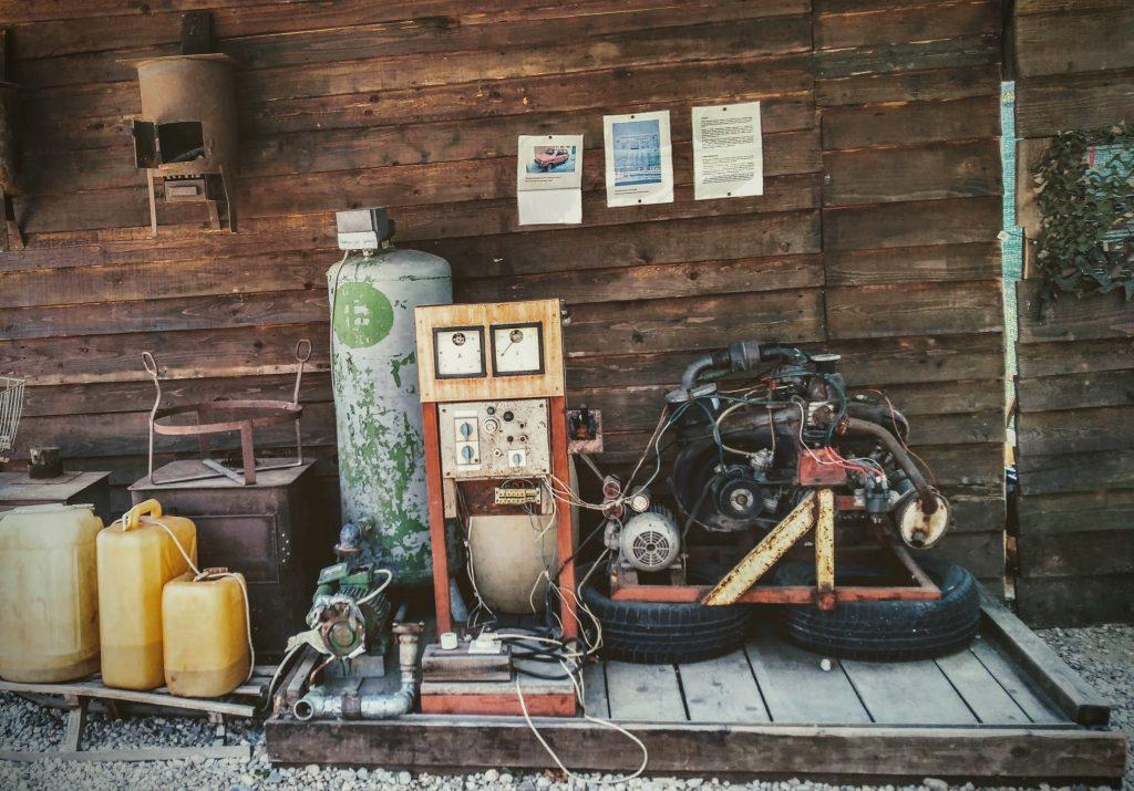 Generatore di corrente elettrica risalente al periodo delle guerra in Bosnia ed Erzegovina, realizzato con il motore di una vecchia Fiat 126