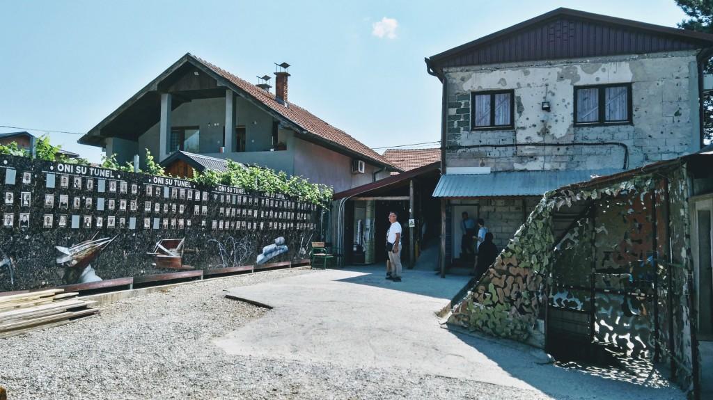 Zona esterna del museo del tunnel di Sarajevo
